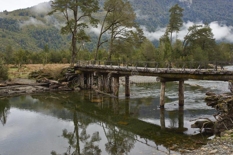 Puente de madera abandonado a lo largo del Carretera austral fotos de archivo