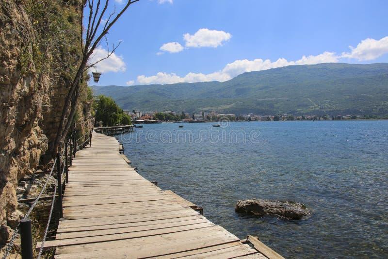 Puente de madera al embarcadero en el lago Ohrid, República de Macedonia del norte fotos de archivo