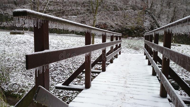 Puente de madera congelado imágenes de archivo libres de regalías