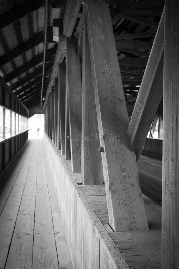 Puente de madera cubierto foto de archivo libre de regalías