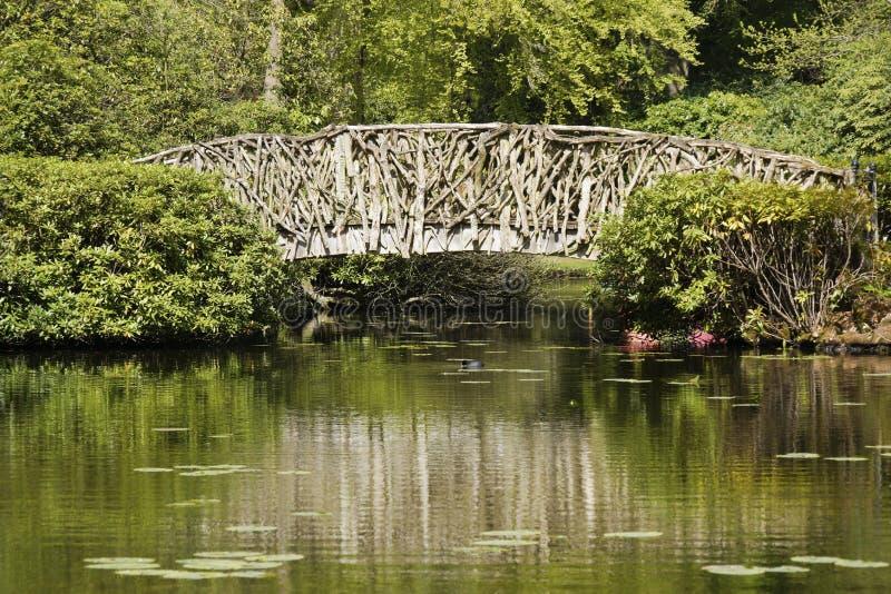 Puente de madera de ramas en el parque de Tatton, Reino Unido foto de archivo libre de regalías