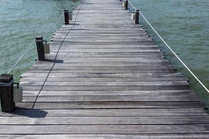 Puente de madera en el fondo tropical del verano de la playa imagenes de archivo