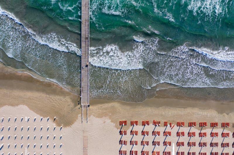 Puente de madera en el mar o el océano azul claro del parecer del abejón cielo o paraíso fotos de archivo libres de regalías