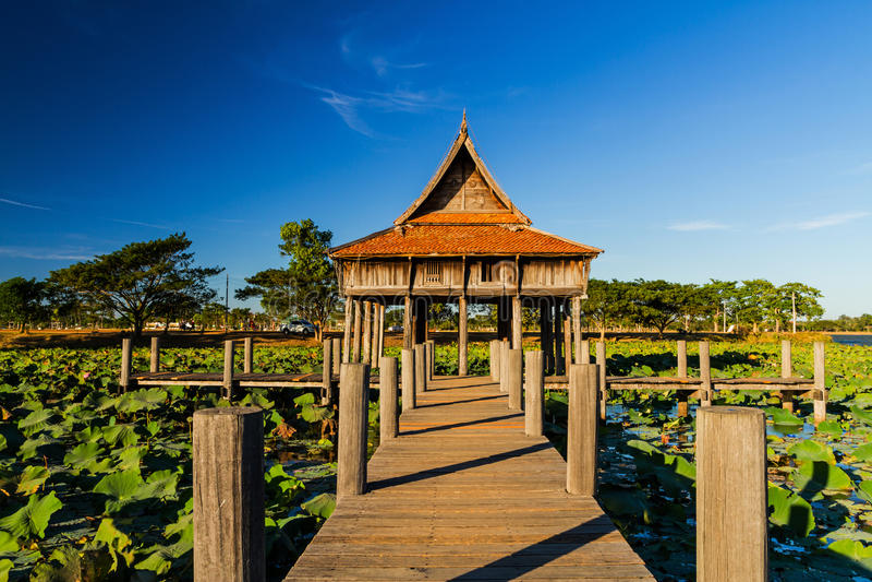Puente de madera en la arquitectura de madera tailandesa del templo en el parque NongKhulu en la provincia de UbonRatchathani, Ta fotografía de archivo libre de regalías