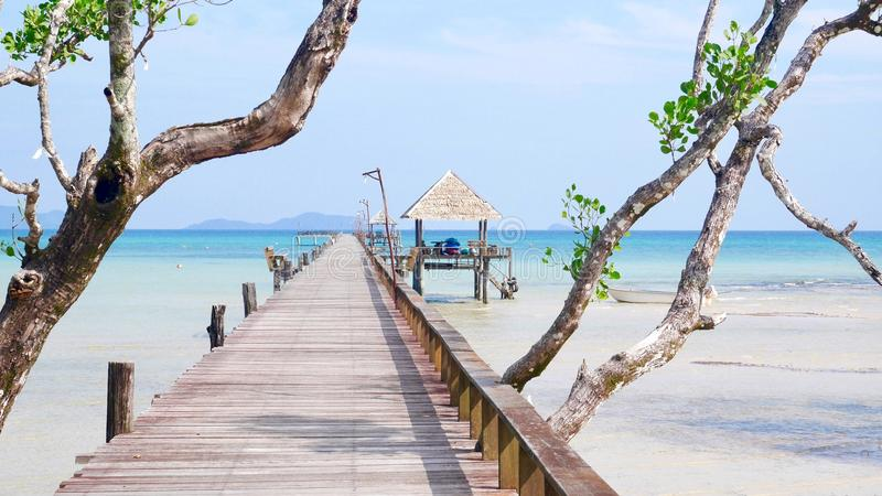 Puente de madera en la isla KOH-Mak imagenes de archivo