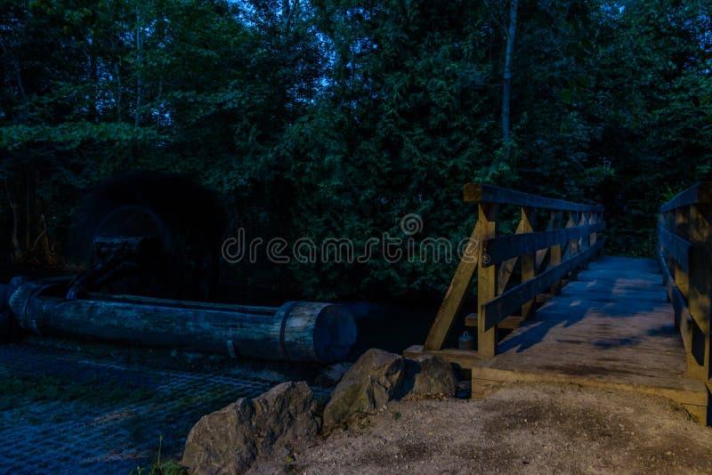 Puente de madera en la noche imágenes de archivo libres de regalías