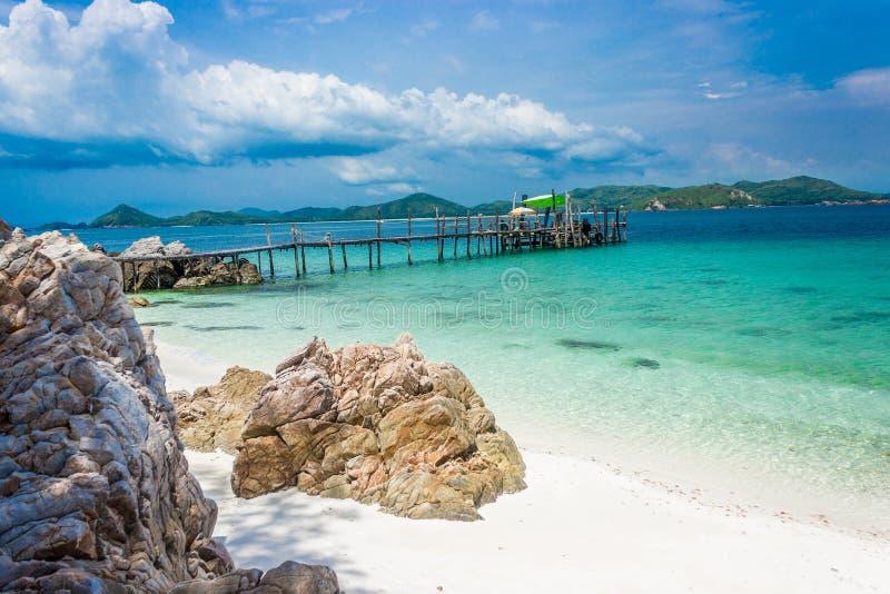 Puente de madera en la playa con agua y el cielo azul KOH Kham pattaya Tailandia fotografía de archivo