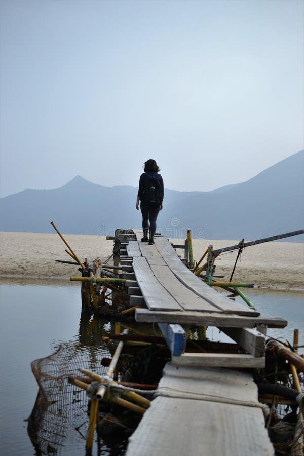 Puente de madera en Tai Long Wan, Sai Kung, Hong Kong, China imagen de archivo libre de regalías