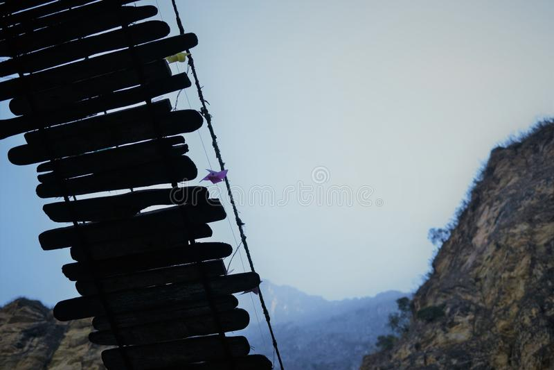 Puente de madera en Tiger Leaping Gorge Montañas y río provincia de Lijiang del norte, Yunnan, Tíbet, China imágenes de archivo libres de regalías
