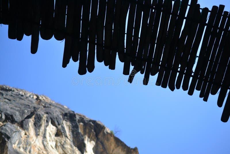 Puente de madera en Tiger Leaping Gorge Montañas y río provincia de Lijiang del norte, Yunnan, Tíbet, China fotografía de archivo libre de regalías