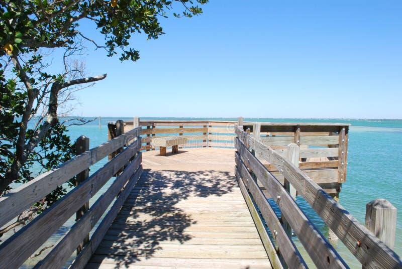 Puente de madera a la bahía de Sarasota foto de archivo libre de regalías