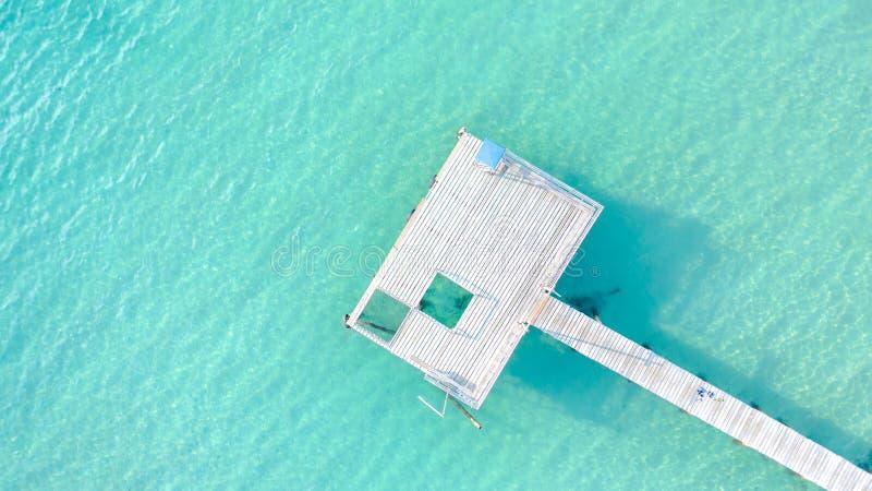 Puente de madera a la playa tropical hermosa de la isla del mar, a la visión aérea, al verano, a la playa, al mar, al verano y al imágenes de archivo libres de regalías