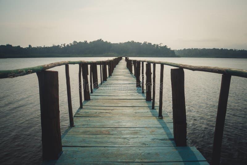 Puente de madera largo en playa tropical hermosa de la isla imagen de archivo