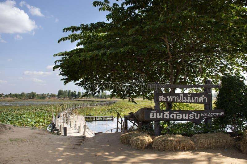 Puente de madera largo de Kae Dam para los viajeros de la gente tailandesa y del extranjero que caminan viaje y visita en Maha Sa imagen de archivo libre de regalías