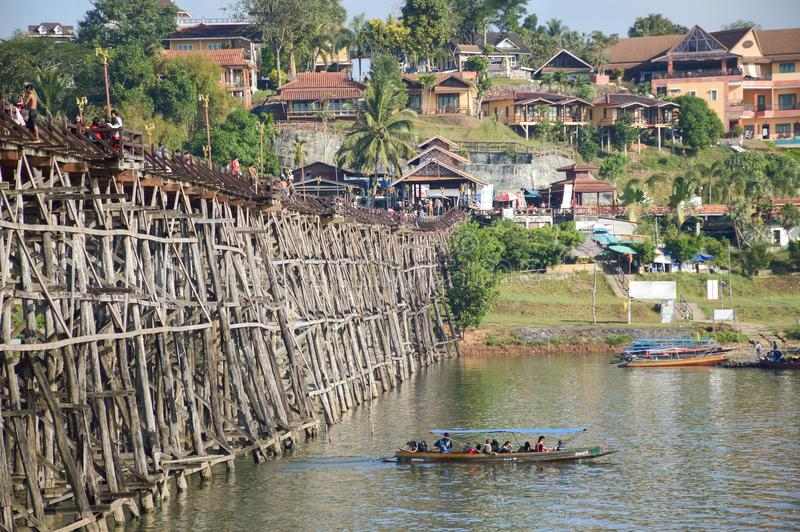 Puente de madera de lunes, Sangkhla Buri, Kanchanaburi, Tailandia imagen de archivo