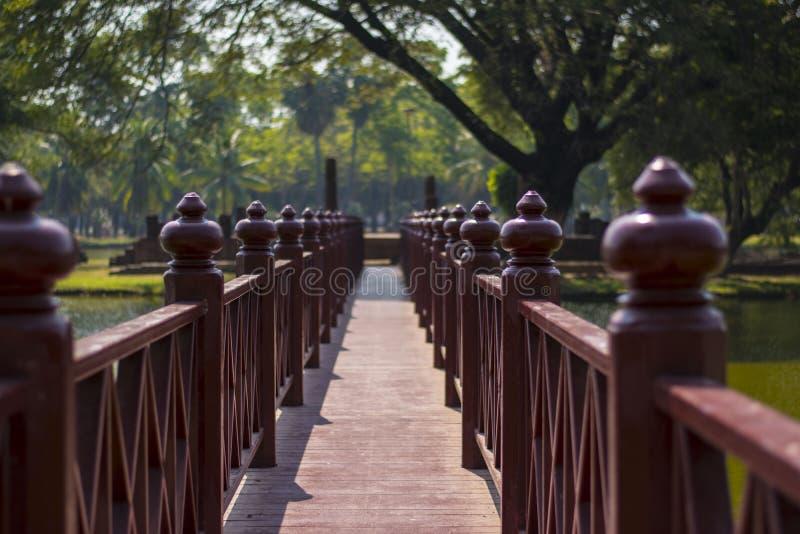 Puente de madera rojo en Sukhotai, Tailandia foto de archivo libre de regalías