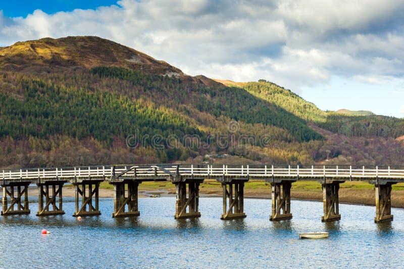 Puente de madera sobre el río imágenes de archivo libres de regalías