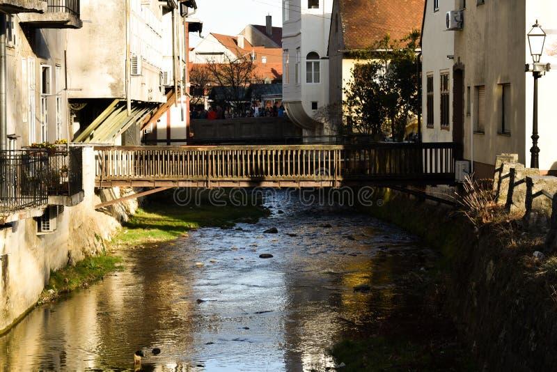 Puente de madera sobre el r?o en Samobor, Croacia imagen de archivo