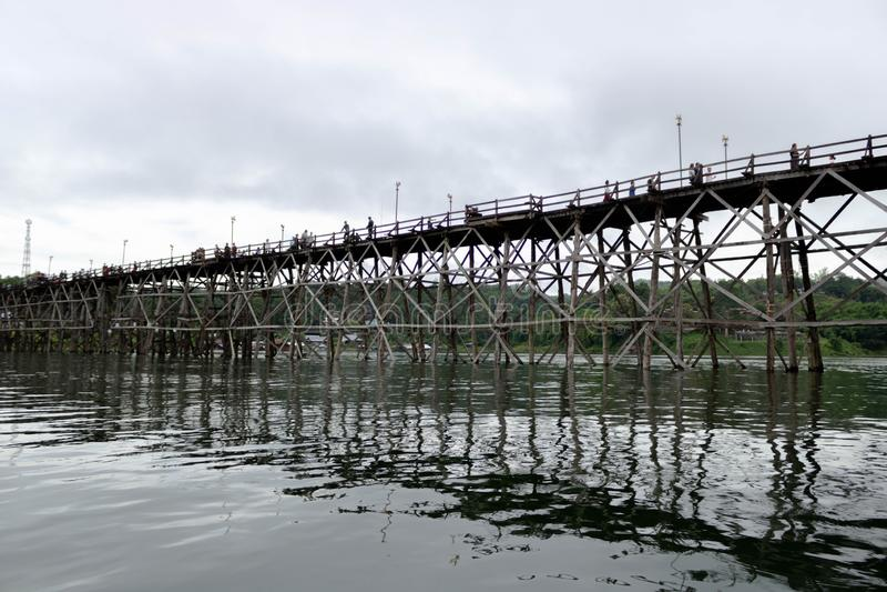 Puente de madera a través del río imagen de archivo
