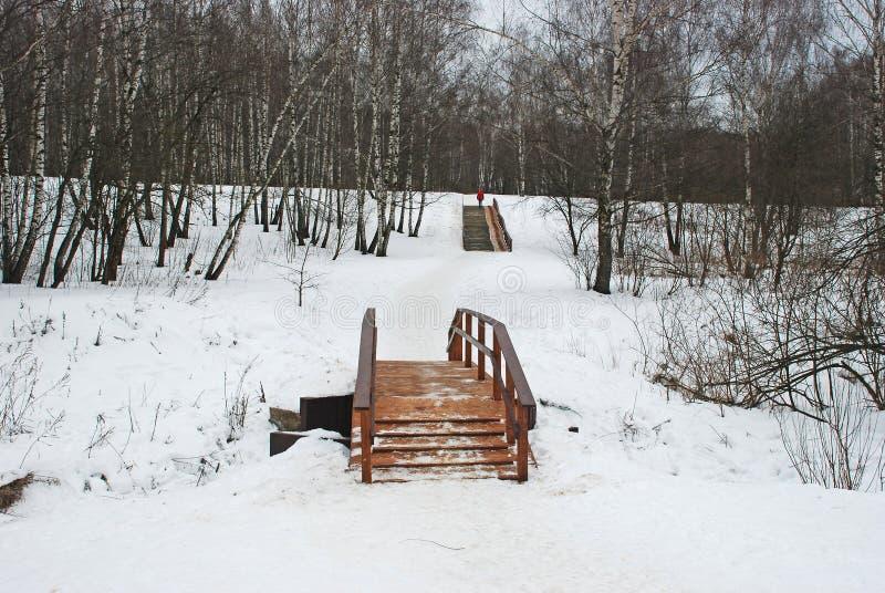 Puente de madera a través del río imágenes de archivo libres de regalías