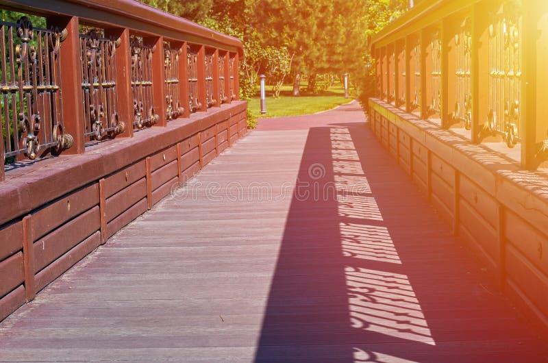 puente de madera viejo en el parque, fondo natural con luz del sol imagenes de archivo