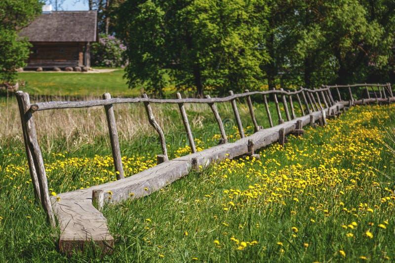 Puente de madera viejo sobre prado verde imagen de archivo