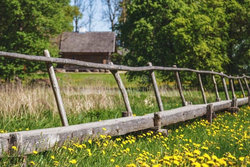 Puente de madera viejo sobre prado verde imagen de archivo libre de regalías