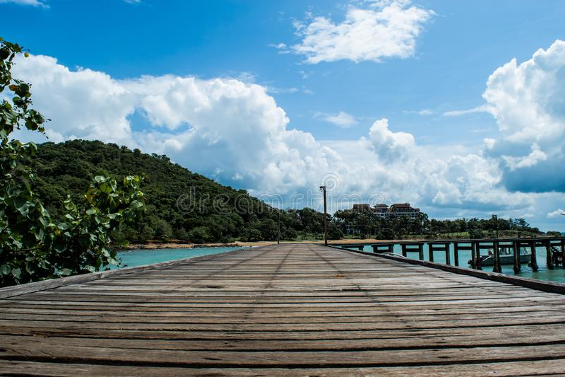 Puente de madera y fondo nublado azul hermoso del cielo y blanco en la playa del mar en Khao Lam Ya, provincia de Rayong fotos de archivo libres de regalías