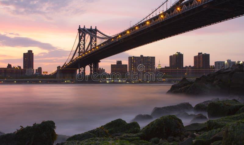 Puente de Manhattan de Brooklyn cerca de la puesta del sol foto de archivo