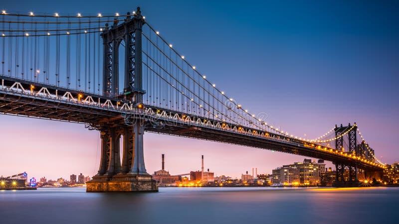 Puente de Manhattan en la oscuridad foto de archivo