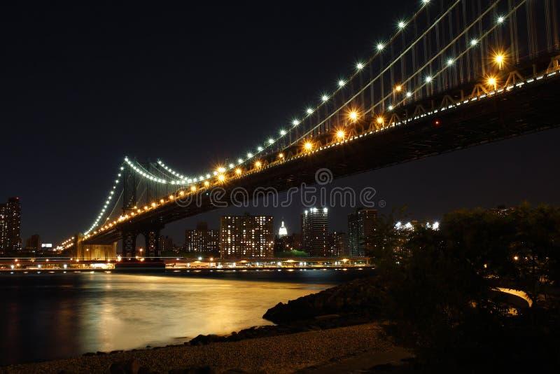 Puente de Manhattan en la oscuridad imagen de archivo libre de regalías