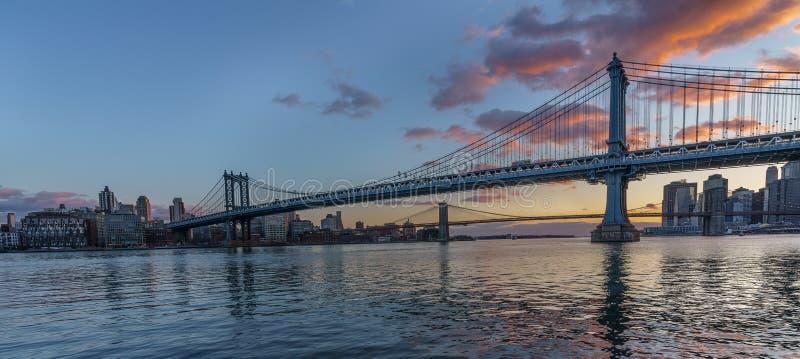 Puente de Manhattan en la puesta del sol fotografía de archivo libre de regalías