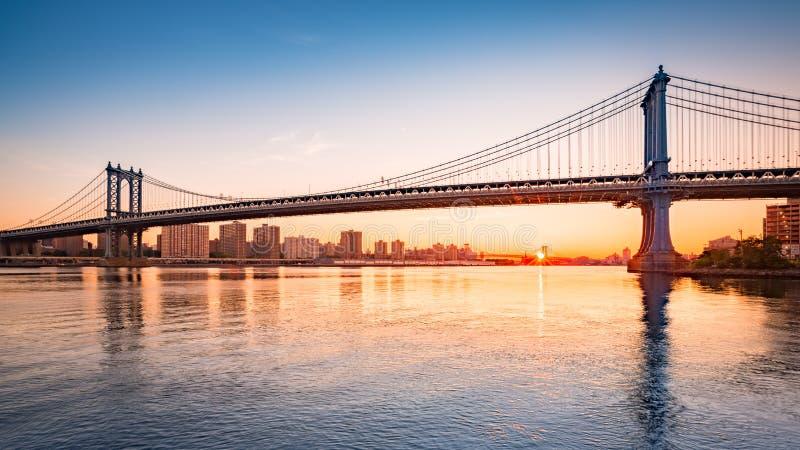 Puente de Manhattan en la salida del sol fotografía de archivo