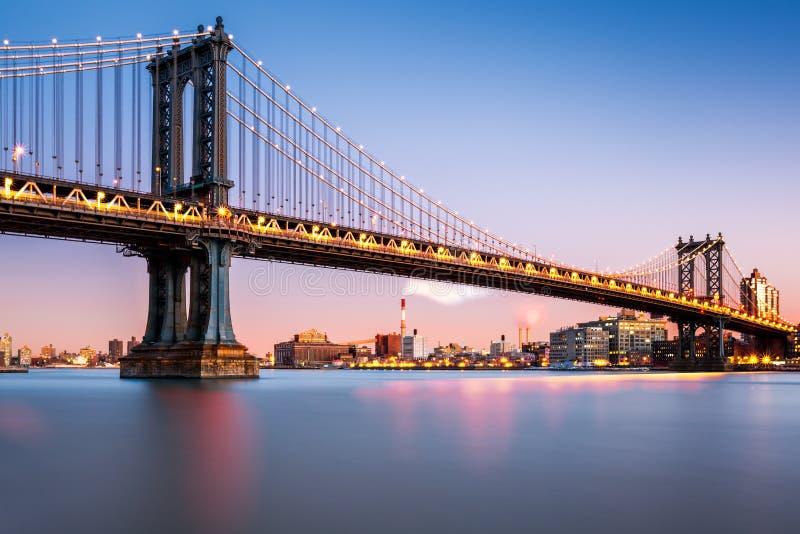 Puente de Manhattan iluminado en la oscuridad imágenes de archivo libres de regalías