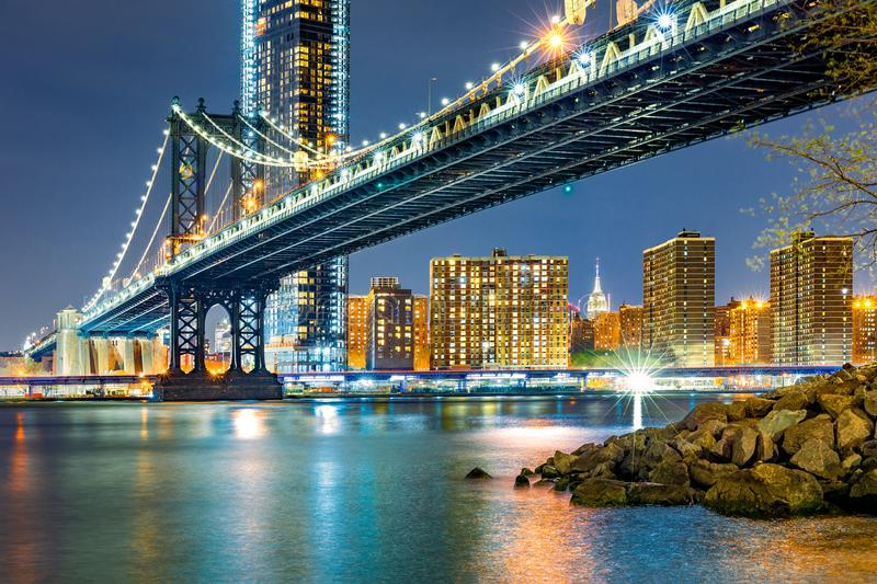 Puente de Manhattan por noche fotos de archivo