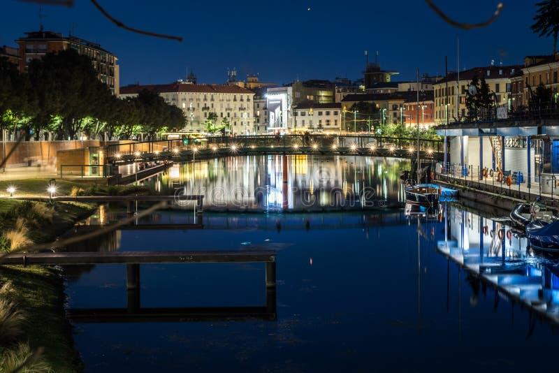 Puente de Milano sobre el darsena en la noche foto de archivo libre de regalías