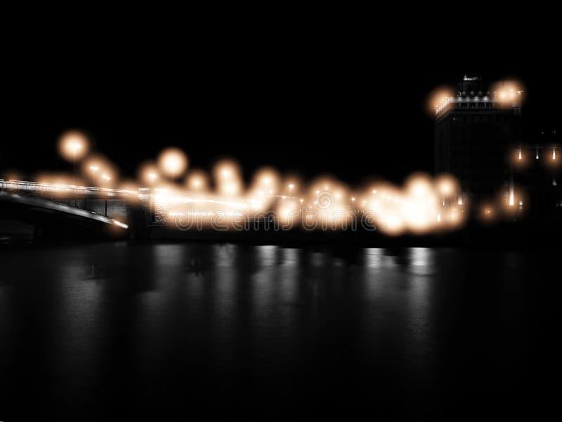 Puente de Moscú de la noche con el fondo dramático del relámpago imagenes de archivo