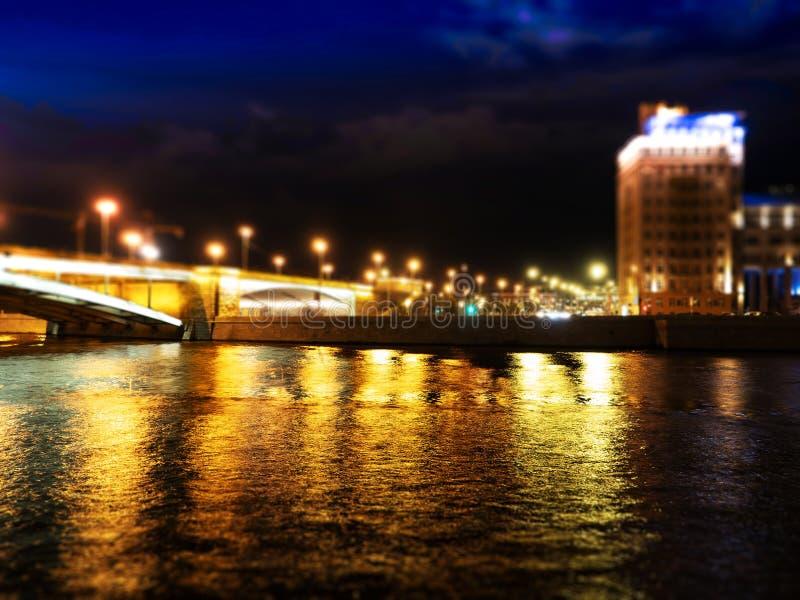 Puente de Moscú de la noche con el fondo dramático del relámpago imagen de archivo libre de regalías