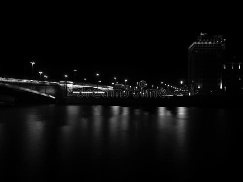Puente de Moscú de la noche con el fondo dramático del relámpago imagen de archivo