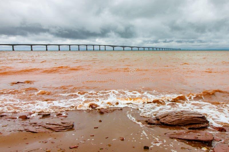 Puente de Muddy Red Surf Near Confederation foto de archivo
