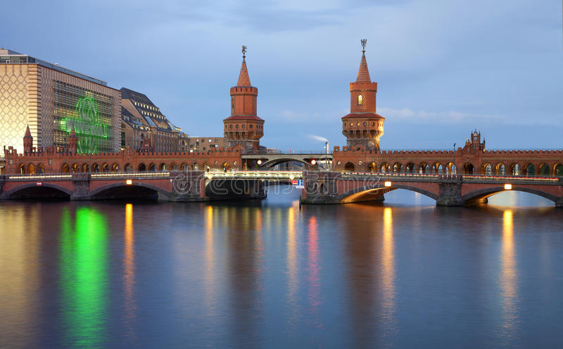 Puente de Oberbaum, Berlín imagenes de archivo