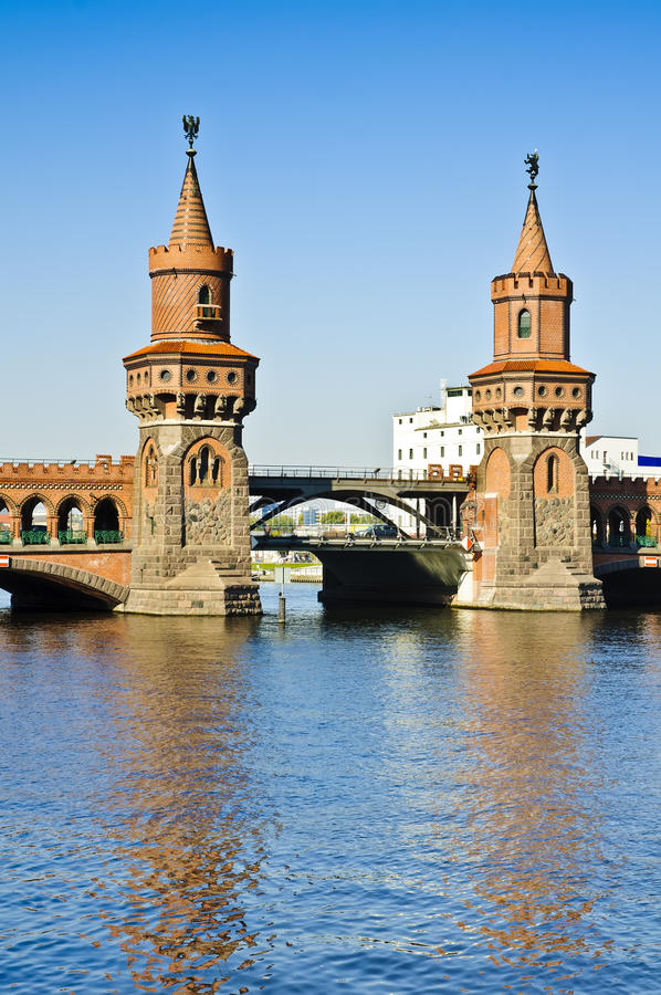 Puente de Oberbaum en Berlín foto de archivo