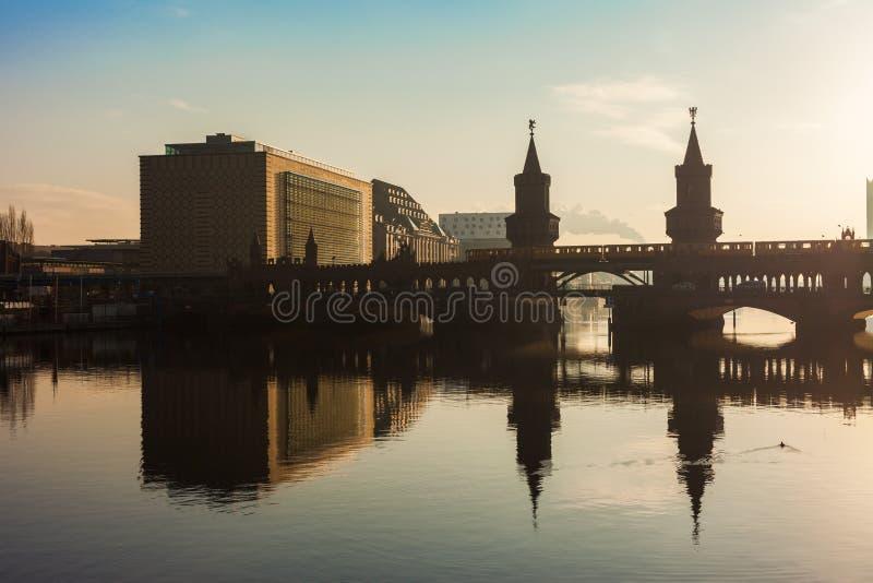 Puente de Oberbaum y diversión del río foto de archivo libre de regalías