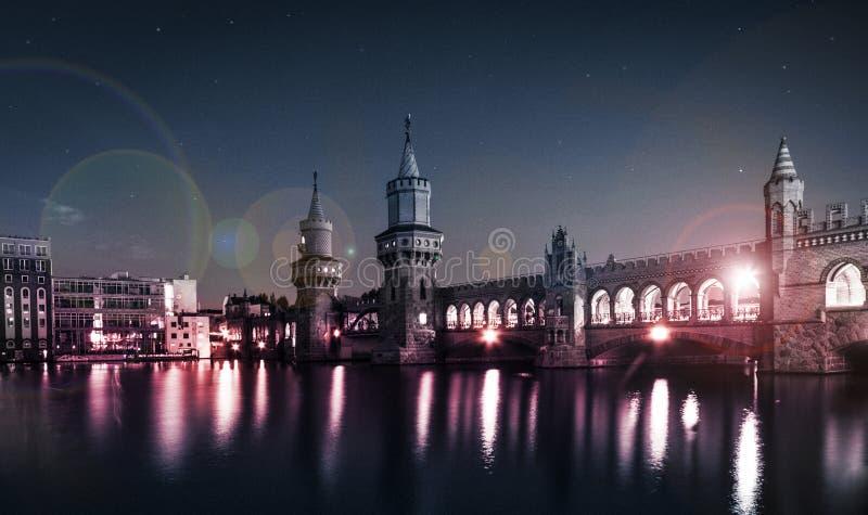 Puente de Oberbaum y x28; Oberbaumbruecke& x29; - Berlín, Kreuzberg en la noche fotografía de archivo