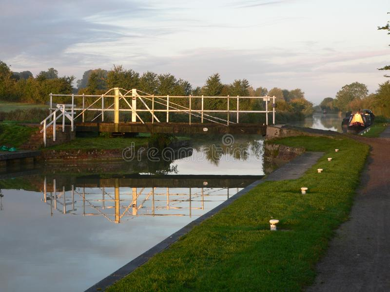 Puente de oscilación en el canal foto de archivo
