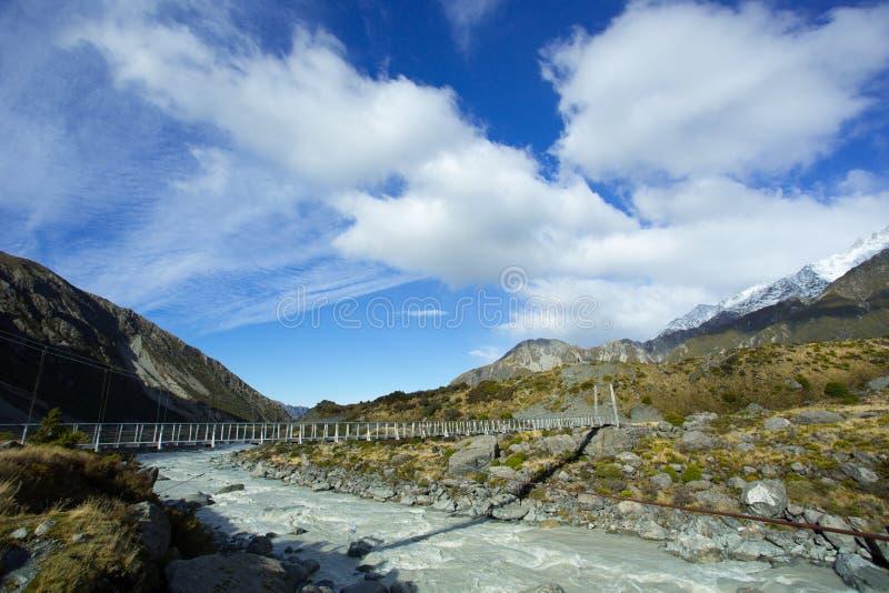 Puente de oscilación en el valle de la puta de Aoraki Mt cocinero fotos de archivo libres de regalías