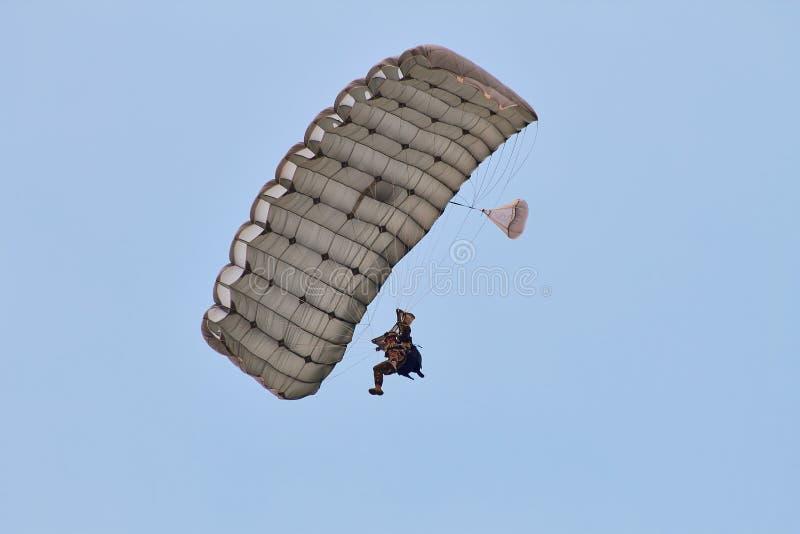 Puente de paracaídas en el PREJUICIO 2015 imágenes de archivo libres de regalías