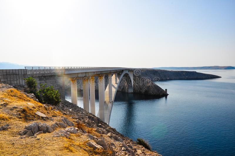 Puente de Paski en la isla croata Pag, vista del lado Caminos croatas y costa fotografía de archivo