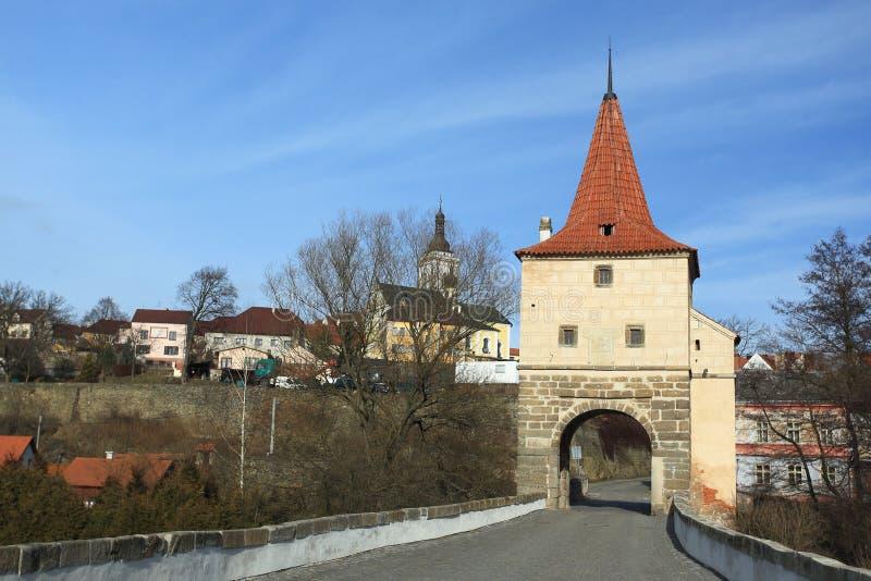 Puente de piedra con la puerta en Stribro imágenes de archivo libres de regalías