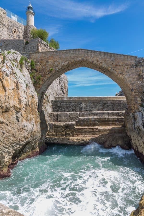Puente de piedra en Castro Urdiales, Cantabria, España fotografía de archivo libre de regalías